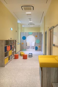 Ecco un esempio di arredo per corridoio e spazio multifunzione. Ogni spazio può essere sfruttato per diverse e varie attività. Workshop, Design, Atelier, Work Shop Garage