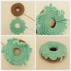 Tutorial: Donas a Crochet Crochet Cake, Crochet Fruit, Crochet Food, Cute Crochet, Crochet For Kids, Crochet Crafts, Crochet Dolls, Crochet Projects, Crochet Pillow Pattern