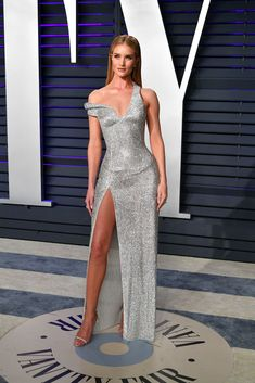 Rosie Huntington-Whiteley @ the 2019 Vanity Fair Oscars party Rosie Huntington-Whiteley at the Vanity Fair Oscar Party 2019 Rosie Huntington Whiteley, Party Looks, Vestidos Christian Dior, Traje Black Tie, Party Kleidung, Beauty And Fashion, Vanity Fair Oscar Party, Liam Hemsworth, Vogue Australia