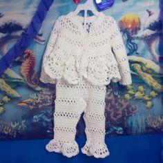 Conjunto blanco de chaqueta y pantalon para bebe de 6 a 12 meses.