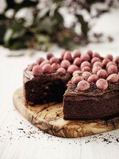 En nem og elegant påskekage, der består af en fyldig chokoladekage med knasende stykker af chokolade og nødder. Pynt fx toppen med små påskeæg.