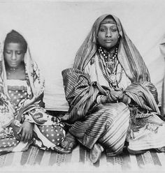Africa | Wife of the Sultan, sitting on a carpet with her children. Grande Comore, Comoros. ca. 1890 - 1896 | ©Léon Humblot