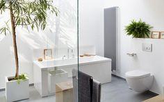 In diesem Bad sind Fliesen ganz mit Bedacht eingesetzt, sie bedecken lediglich den Boden. Dank des großen Formats unterstützen sie dabei die großzügige...