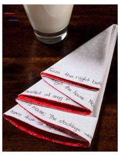 #servietterfoldingjul Christmas Tree Napkin Fold, Christmas Napkins, Christmas Origami, Christmas Table Settings, Christmas Tablescapes, Christmas Table Decorations, Bunny Napkin Fold, Paper Napkin Folding, Tips And Tricks