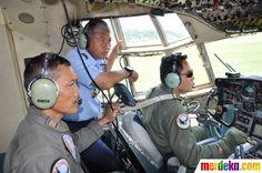 Komandan Lanud Halim Marsekal Pertama TNI AU, Adang Supriyadi, S.E memimpin langsung pengambilan gambar pesawat Sukhoi Superjet 100 dari udara dengan pesawat Hercules A-1323, dengan pilot Komandan Skadron Udara 31 Letkol Pnb Eko Jatmiko, menuju area Gunung Salak, Bogor, Rabu (10/5).