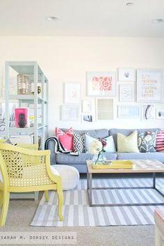 une bibliothèque pour séparer le salon des autres espaces