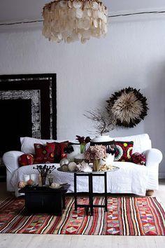 almofadas suzani...tapete tadjiki...lustre de conchas Goa, ...sofá branco! Etno perfeito!