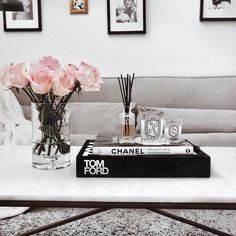 20 Simple Coffee Table Styling Ideas With Plants Coffee Table Styling, Decorating Coffee Tables, Coffee Table Books, Chanel Coffee Table Book, How To Style Coffee Table, Table Decor Living Room, Bedroom Decor, Books Decor, Home Decor Inspiration