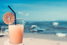 Wat is jouw favoriete cocktail? Geniet van een heerlijk verkoelend drankje op Dormio Resort Costa Blanca & Spa. Summertime Drinks, Summer Drinks, Limonade Rose, Liver Cleanse Juice, Liver Detox, Cocktail Rose, Vodka, Cocktail Images, Alcoholic Drinks
