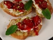 Tartine cu branza de capra si capsuni coapte Bruschetta, Tapas, Ethnic Recipes, Food, Hoods, Meals