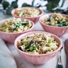 Receptet på pasta med mascarpone, vitlöksstekt zucchini och rostade pinjenötter finner du på Tasteline.