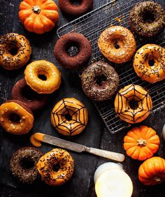 halloween fall autumn pumpkin donuts decorated with orange frosting, sprinkles, chocolate, and spider webs Halloween Donuts, Photo Halloween, Halloween Treats, Fall Halloween, Happy Halloween, Halloween Party, Classy Halloween, Halloween Inspo, Halloween Foods