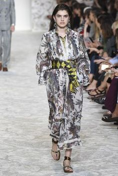 The complete Etro Spring 2018 Ready-to-Wear fashion show now on Vogue Runway. Vogue Fashion, Runway Fashion, Fashion Outfits, Milan Fashion, Fashion Week 2018, Next Clothes, Textiles, Fashion Images, Fashion Show Collection