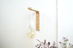 selbst gemachte Lampe aus einem Holzwinkel