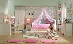 Chambre ado fille avec un papier peint aux motifs floraux