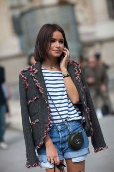 shorts jeans, blusa, listras, listrado, miroslava duma, bolsa Chanel, vintage, bolsos pra fora, cabelo curto, hair, tweed, terceira-peça