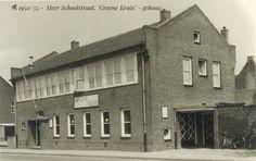 """1950/55 - Heer. Burgemeester Cortenstraat 2, voorheen Schoolstraat. """"Groene Kruis"""" - gebouw. In het deel links was het politiebureau. Uiters links nog de Jongensschool te zien."""