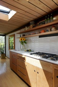 78 Antique White Kitchen Cabinets with Granite Countertops Kitchen Cabinets with Black Granite Countertops Open Kitchen Cabinets, Kitchen Cabinet Design, Oak Cabinets, White Cabinets, Kitchen Units, Brown Kitchens, Small Kitchens, Diy Kitchen Decor, Kitchen Ideas