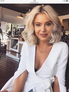 Ideas for excellent looking hair. An individual's hair is without a doubt what can easily define you as a man or woman. To a lot of individuals it is important to have a fantastic hairstyle. Blonde Balayage, Blonde Hair, Hair Inspo, Hair Inspiration, Short Hair Cuts, Short Hair Styles, Short Curled Hair, Laura Jade Stone, Look Vintage