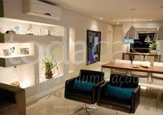 Sala com rebaixo e spots em led, além de nicho em drywall na parede!