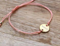 """Hier stellen wir Dir unseren """"Rosa Traum"""" Armband aus Textilband, welches von uns einzeln per Hand geflochten wird, vor. Diese wird noch mit einen vergoldete Plättchen (mit einen Wunschbuchstabe)..."""