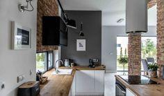 Drvo bijelom prostoru daje toplu notu i čini ga mekšim i ugodnijim. Plava boja kuhinje i crni detalji jedine su boje u ovom neutralnom stanu, a svjetlo je još jedan prirodni element savršeno iskorišten u ovom besprijekornom prostoru.