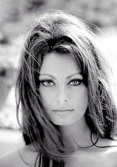 La diva italiana    La exitosa actriz Sofía Loren siempre deslumbró con su maquillaje de pómulos muy marcados y sus rasgos característicos como sus ojos grandes y labios voluptuosos. Ella fue una de las divas del cine que lució los mejores escotes de todos los tiempos, además de dejar a todos boquiabiertos al mostrar sus piernas con sus diminutos atuendos.