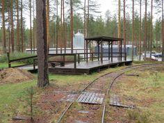 Rokua sijaitsee Oulun ja Kajaanin puolessa välissä http://fi.wikipedia.org/wiki/Rokua. Siellä on on kylpylähotelli http://www.rokua.com/ . Lähtiessä lämpötila oli 26 astetta, mutta pohjoiseen ajaessa se laski 20 astetta ja seuraavan aamuna oli vain viisi astetta. Uimapuvut oli mukana, ja pulimme kylpylän altaissa.