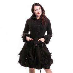 Poizen Industries. Deze 3/4 lengte zwarte jas heeft zwart nepbont versiering rond de capuchon. Er zit met zwart lint een strik op de mouwen,en op de hartvormige zakken. Op de achterkant van de jas zit een zwart korset stijl lint geregen. De voering van de jas is zwart en gemaakt van een soort satijnen stof.