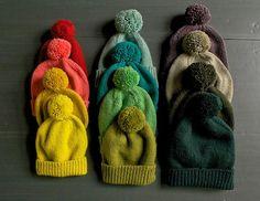 Grundopskrift på en vinterhue, med eller uden pompon. Den kan strikkes på en aften. Her strikket i 100 % uld på pinde 3½ og 4½. Læs mere ...