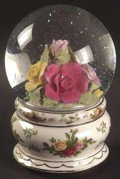 Royal Albert Old Country Roses Musical Water Globe