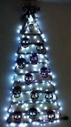 Skull Christmas tree with lights Halloween Christmas Tree, Dark Christmas, Halloween Skull, Christmas Crafts, Xmas Tree, Christmas Trees, Halloween Decorations, Christmas Decorations, Holiday Decor
