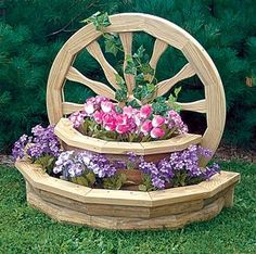 Wagon Wheel Planter Plans - The Best Image Search Garden Yard Ideas, Diy Garden Projects, Garden Crafts, Diy Garden Decor, Diy Wood Projects, Garden Landscaping, Wood Planters, Flower Planters, Flower Pots