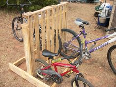 Diy Bike Racks: 14 Ways of Building Your Own Pallet Bike Rack: Bike storage can be challenging. They usually end up in a sloppy pile in the corner of your garage. Pallet Bike Racks, Diy Bike Rack, Bike Storage Rack, Cycle Storage, Free Wood Pallets, Wooden Pallets, 1001 Pallets, Wooden Pallet Crafts, Wooden Diy