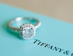 El anillo de compromiso es algo verdaderamente romántico y significativo para la mayoría de las mujeres, ya que éste simboliza que una persona está dispuesta a unir su vida a la tuya para toda su vida. Este hermoso símbolo de amor se debe colocar en el dedo anular de la mano izquierda, ya que es …