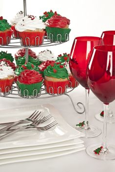 Una idea perfecta para una tarde de diversión con tus amigos: ricos cupcakes navideños y una mesa con copas rojas y vajilla de porcelana blanca. La perfecta combinación.
