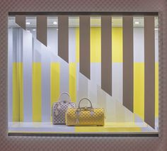 LINEAS VERTICALES Louis Vuitton's creative collaboration with Daniel Buren continues with the French conceptual artist's designs for the windows of the New York Fifth Avenue store. Window Display Design, Shop Window Displays, Store Displays, Visual Merchandising Displays, Visual Display, Retail Windows, Store Windows, Vitrine Design, Bag Display