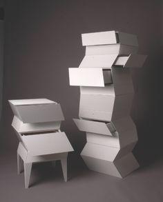 Olof Nordenson e Ulf N Jevin hanno progettato delle cassettiere originali, componibili a piacere e dedicate a tutti i curiosi che amano indagare il contenuto di tanti scompartimenti nascosti.