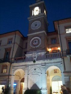 La torre del reloj en Piazza Tre Martiri de Rimini - #Rimini, Emilia-Romagna miles of sandy beach along the Adriatic coast made the town a trendy destination in the 1960s 1970s 1980s and its popularity has never waned, although it became rather less fashionable. But Rimini has a lot to offer not just beaches! Rimini: non solo spiagge e discoteche! http://smartraveller.it/2013/10/29/rimini-che-non-ti-aspetti