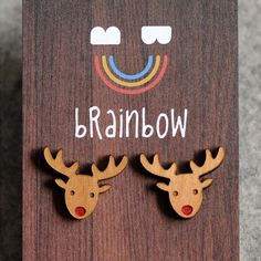 赤い鼻のトナカイのスタッドイヤリングです。鼻は一つずつ筆で赤くしています!クリスマスにぴったりのピアスだと思います。シドニーのスタジオでデザインして手作りして...|ハンドメイド、手作り、手仕事品の通販・販売・購入ならCreema。