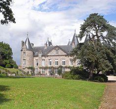 Château de Kergrist, situé non loin de Tonquédec, c'est initialement un chateau fort construit au 15°. Son plan carré cantonné de 4 tours rondes identiques est des plus courant. Côté cour la façade du logis a reçu de beaux décors gothiques. Il est remanié aux 17° et 18°s avec la démolition de la courtine nord et l'aménagement des façades extérieures suivant les canons classiques, Cotes d'Armor, Brittany