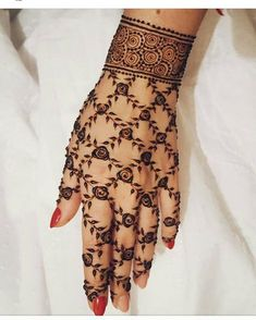 Check out the 60 simple and easy mehndi designs which will work for all occasions. These latest mehandi designs include the simple mehandi design as well as jewellery mehndi design. Getting an easy mehendi design works nicely for beginners. Henna Hand Designs, Mehandi Designs, Bridal Henna Designs, Unique Mehndi Designs, Beautiful Mehndi Design, Latest Mehndi Designs, Mehndi Designs For Hands, Bridal Mehndi, Pakistani Mehndi Designs