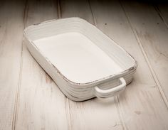 Porcelain And China Fine Porcelain, Porcelain Ceramics, Ceramic Baking Dish, Baking Dishes, Coil Pots, Japanese Ceramics, White Home Decor, Clay Projects, Casserole Dishes