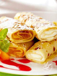 Le Crepes con ricotta e pesche sono dolci, low cost e veloci, adatte per essere gustate a merenda, come dessert o spuntino appetitoso!