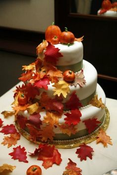 What a great Fall wedding cake with pumpkins and leaves