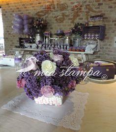 Centros de mesa baby shower tonos lila y morados con bombones