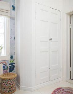 Alternativ på hur man kan stänga in tvättmaskinen & tumlaren. Swedish Cottage, Wardrobe Closet, Closet Designs, Kidsroom, Tall Cabinet Storage, Bookcase, Sweet Home, House, Inspiration