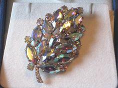 Vntg AURORA BOREALIS RHINESTONE LEAF GOLD TONE Brooch Pin-Costume Jewelry-Estate