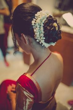 Mogra flowers encase her bridal bun in a traditional style with a gold and pearl hairpin. Hairstyles For Gowns, Saree Hairstyles, Indian Bridal Hairstyles, Bride Hairstyles, School Hairstyles, Hairstyles Videos, Easy Hairstyles, Hairstyle For Indian Wedding, Bridal Hair Buns