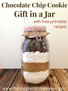 this easy recipe to make your own DIY delicious chocolate chip cookie mix in a jar, the perfect holiday gift!Try this easy recipe to make your own DIY delicious chocolate chip cookie mix in a jar, the perfect holiday gift! Mason Jar Meals, Mason Jar Gifts, Meals In A Jar, Mason Jar Diy, Gift Jars, Diy Gifts In A Jar, Crafts For Gifts, Easy Diy Gifts, Small Gifts